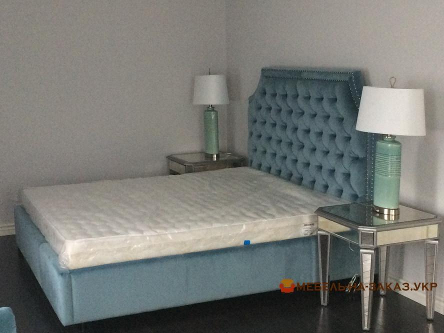 мягкая кровать с мягким изголовьем