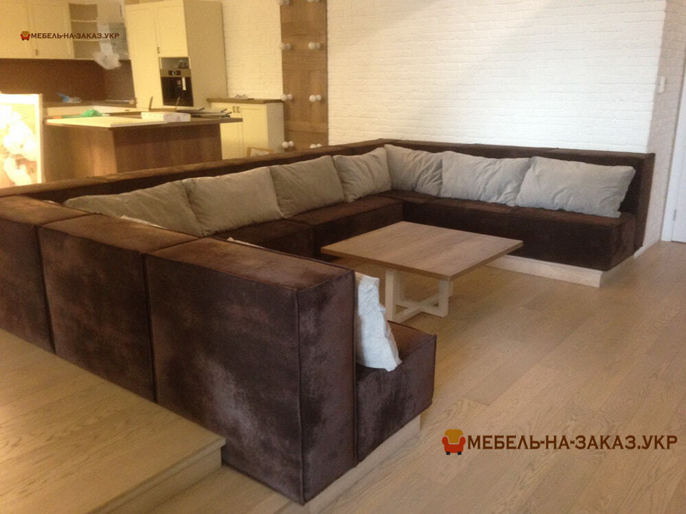 П-образный диван с подушками