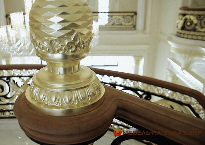 круговая лестница из дерева с позолотой