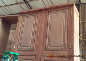 большой шкаф из дерева