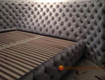 красивая кровать полукруглым изголовьем в спальню