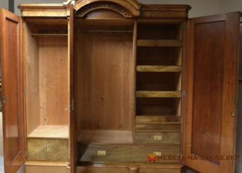 угловой шкаф из дерева в гостинную