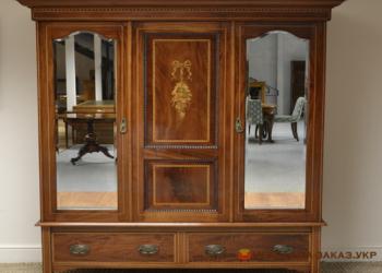 угловой шкаф из дерева с зеркалами