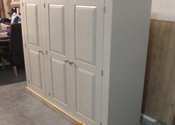 Шкаф с деревянными фасадами