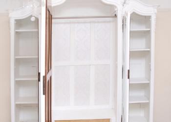 деревянный шкаф с витриной