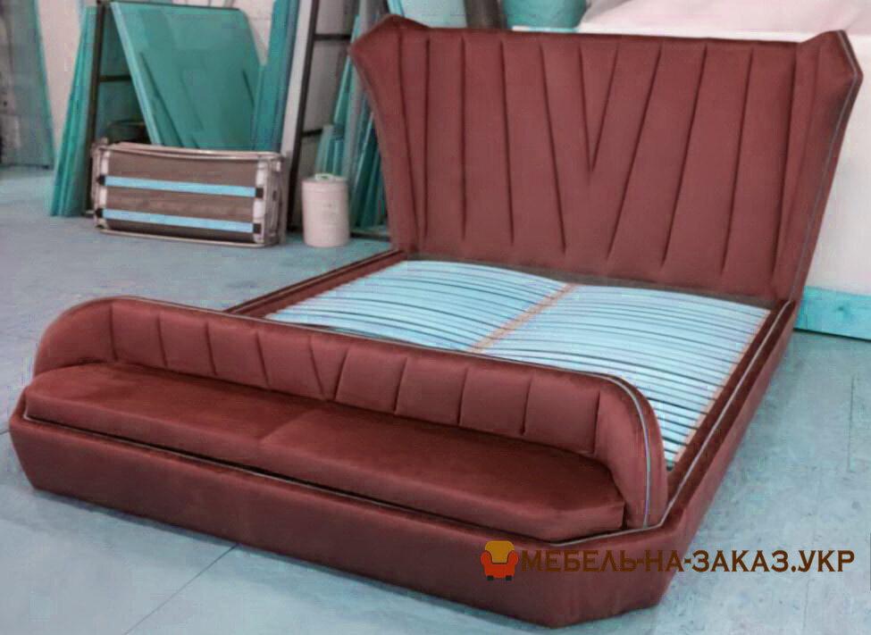 красна мягкая кровать