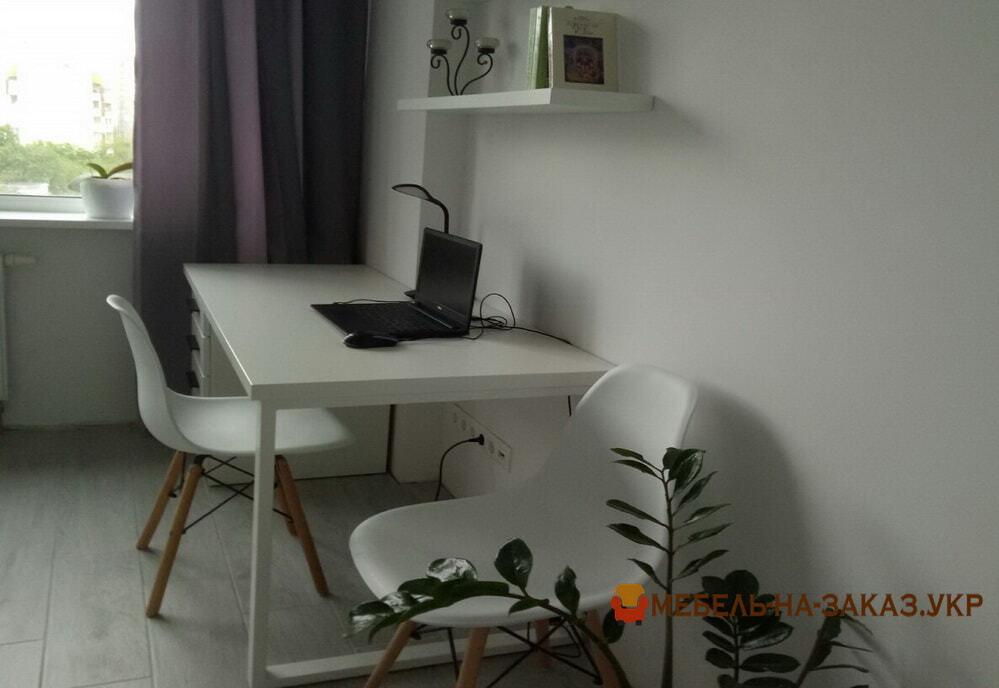 компьютерный стол белого цвета