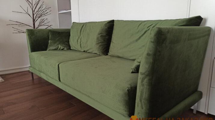 зеленый прямой диван в гостиную