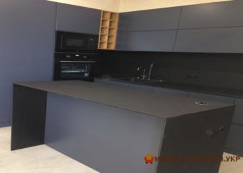 Серая кухонная мебель с островом на заказ из дсп