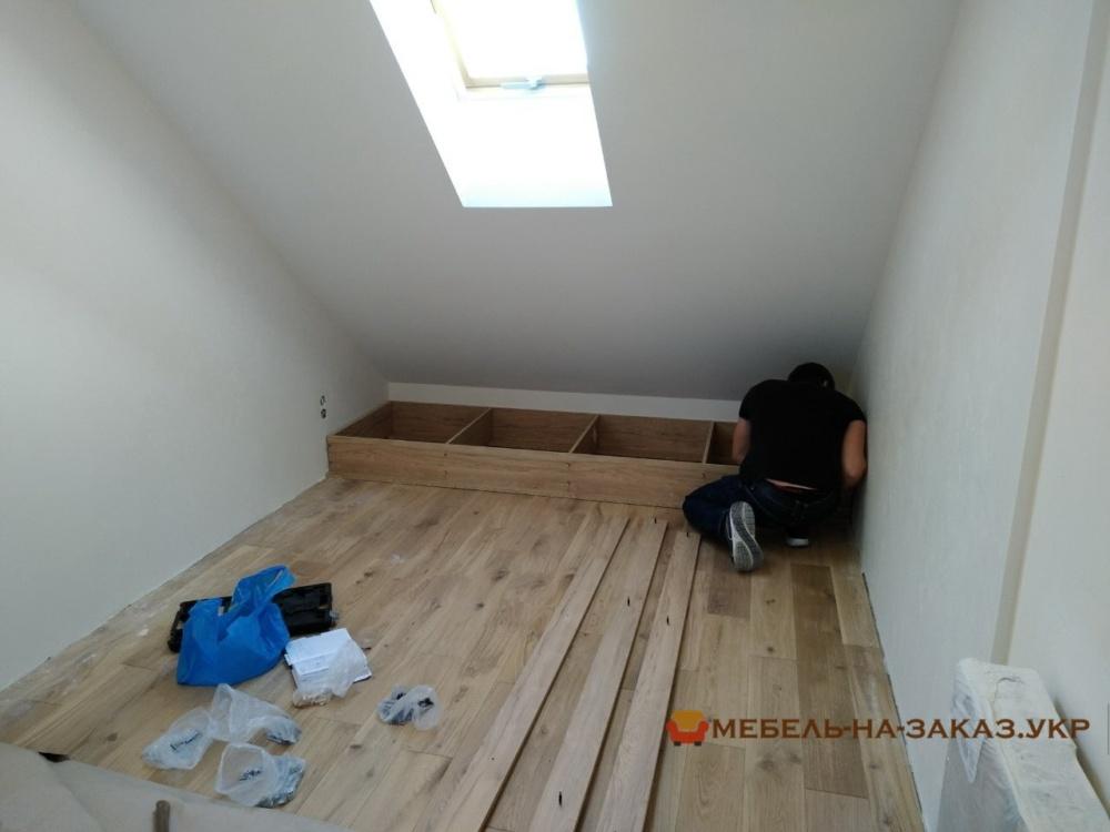 встроенный кровать-подиум со ступеньками и с ящиками