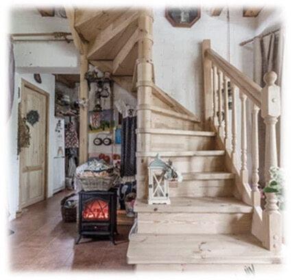 деревянная лестница на второй этаж с деревянными перилами на заказ