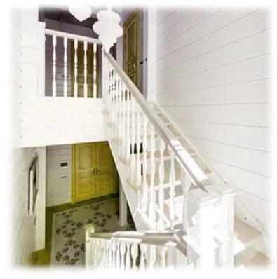 лестница белого цвета из дерева