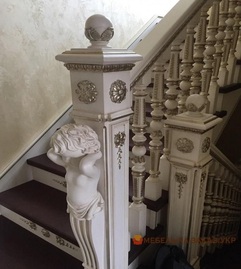 деревянная лестница белого цвета с резьбой