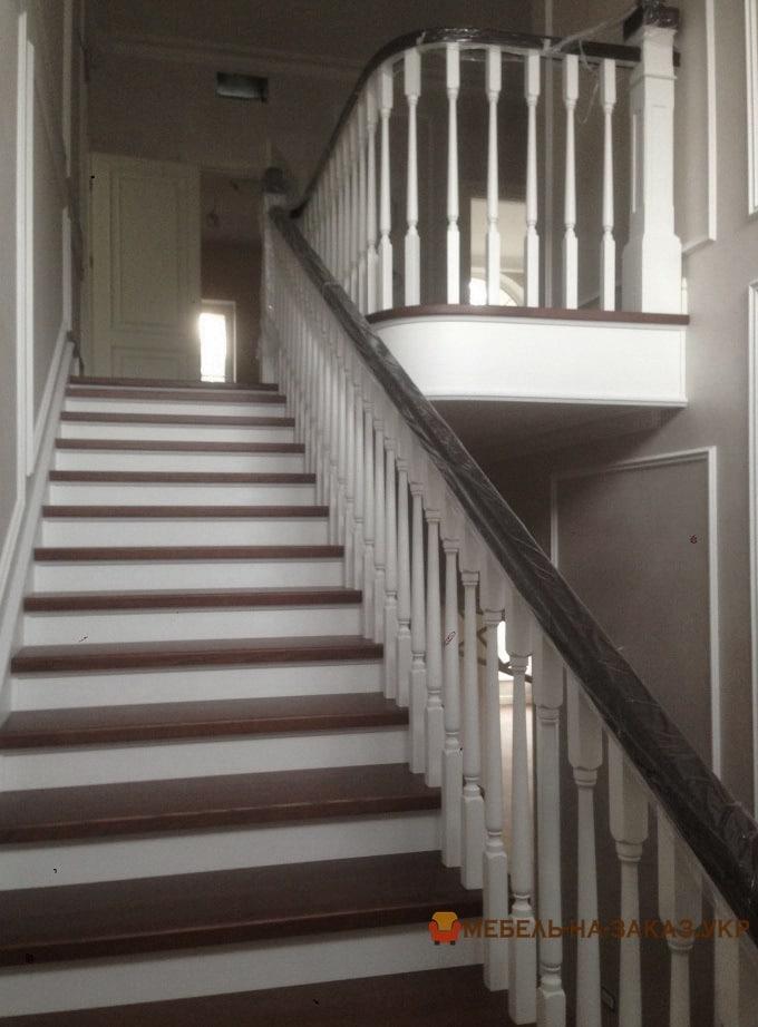 деревянная лестница белого цвета на заказ