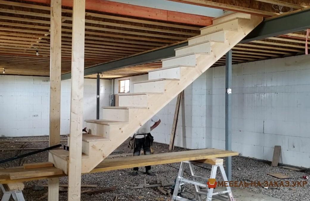 монтаж лестницы прямой из дерева