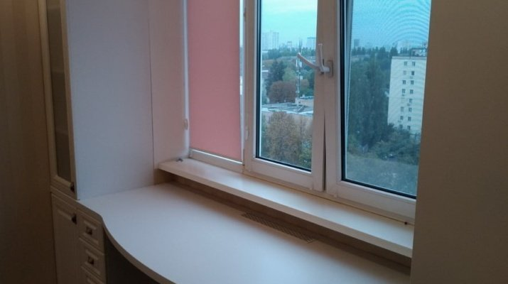 шкаф возле окна в спальне