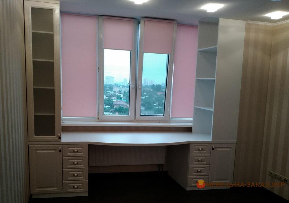 стол и полки вокруг окна фото