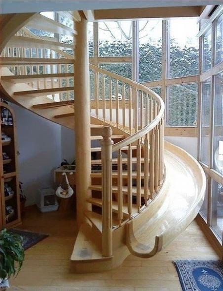 круговая лестница с горкой для спуска