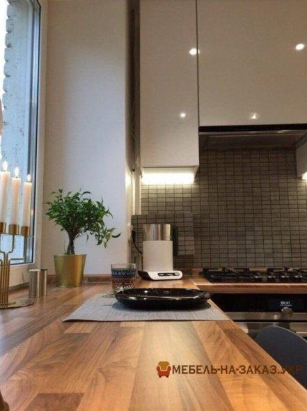 кухонная столешница соединяется с подоконником