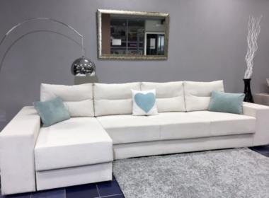в гостиную диван белый с подушками с сердцем