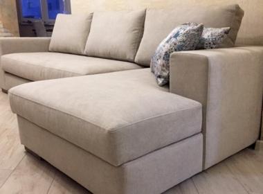 угловой диван лососевого цвета в гостиную