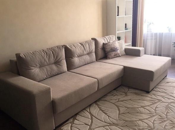серая модульная угловая мягкая мебель в гостиную с подушками