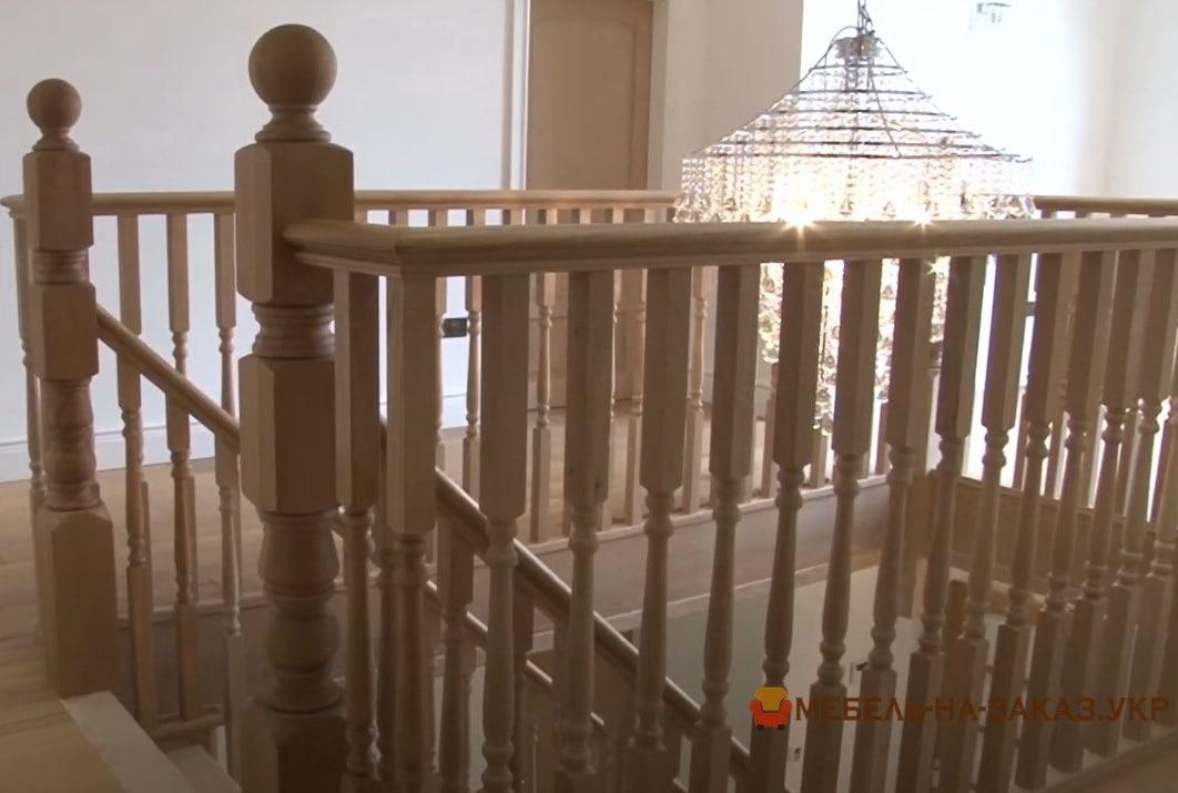 лестница в дом из бука трех маршевая