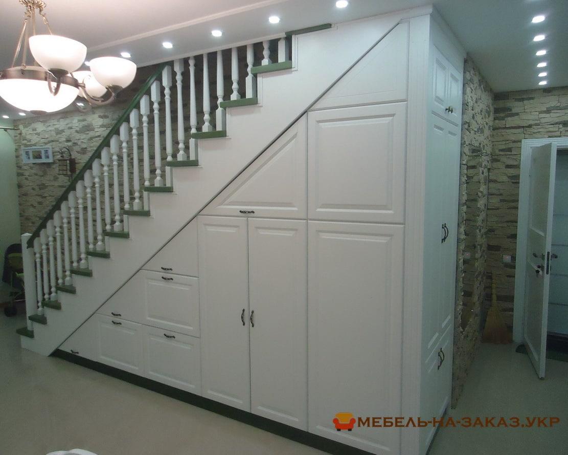 дубоый шкаф под лестницей фото