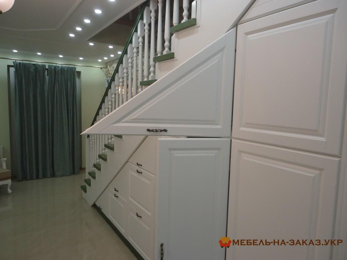 деревянный распашной шкаф под лестницу Киев
