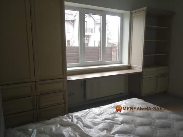 деревянная мебель возле окна