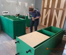 сборка деревянной кухни зеленого цвета угловой