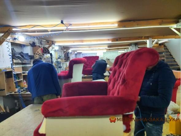 кресло красного цывета классическое