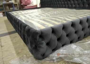 большая красивая кровать серая