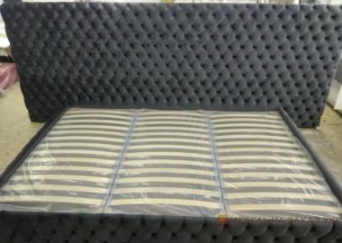кровать с большим мягким изголовьем с пуговицами