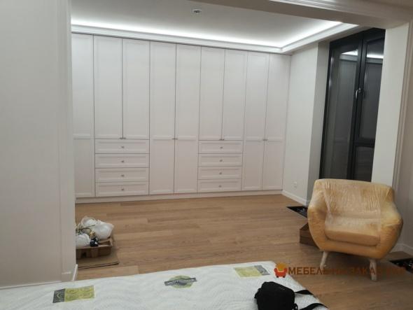 Шкаф в спальню с открытыми и закрытыми секциями