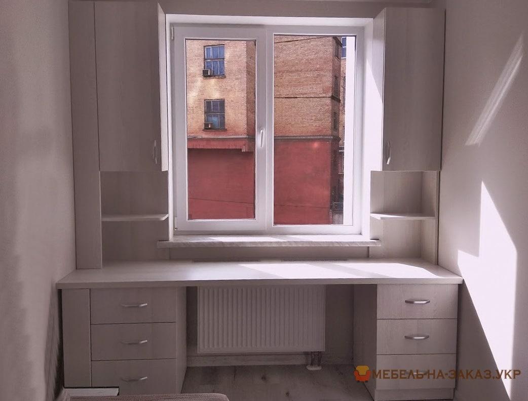 стол с двумя тумбами и пенали вокруг окна