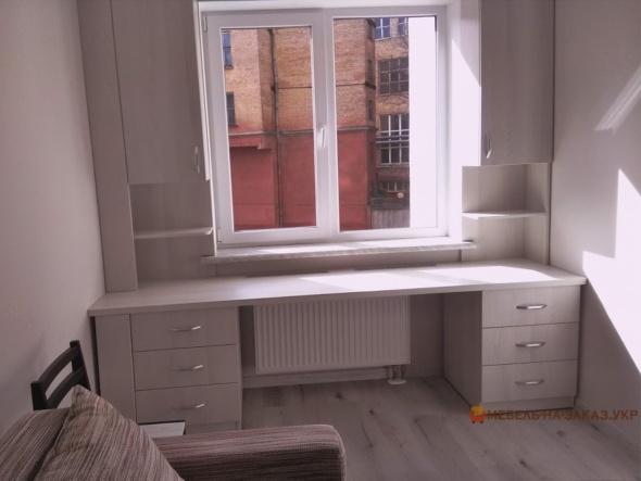 стол под окном в спальне