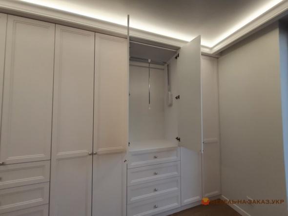 распашной шкаф встроенный в рихожую