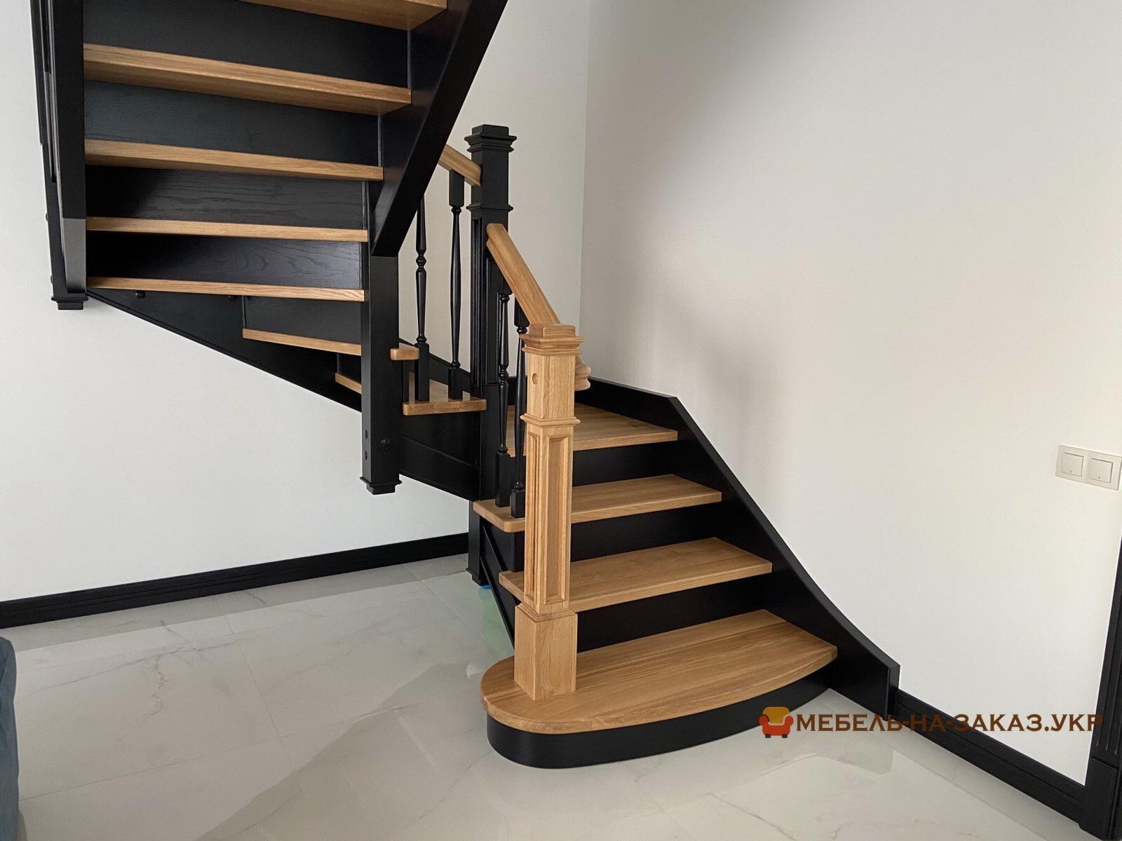 трех маршевая лестница из дерева