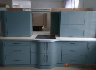 синяя радиусная прямая кухня