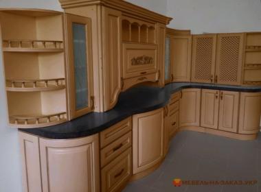 радиусная кухня из дерева