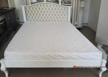 дубовая кровать с мягким изголовьем