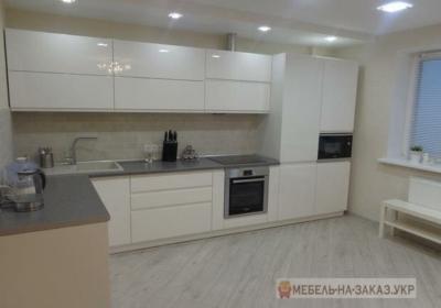 белая угловая кухня с глянцевыми фасадами