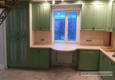зеленая угловая кухня с подоконником