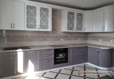 угловая кухня с витринами