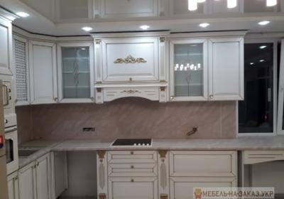 угловая кухня с декором встроенная