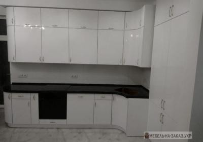 белая с черной столешницей угловая кухня
