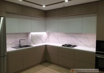 бело кофейная угловая кухня