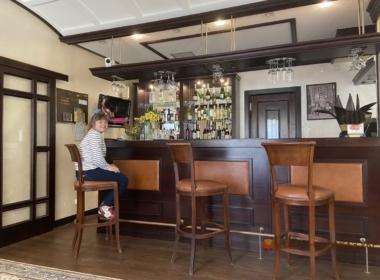 барная стойка в отель шпонированная