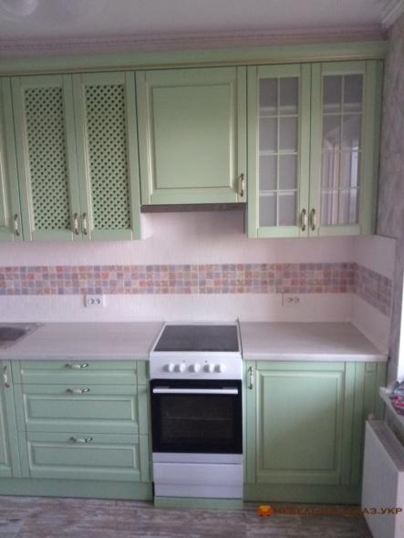 мебель угловая в кухню с зелеными фасадами